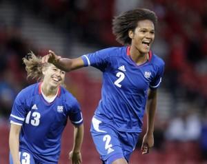 Footballeuses françaises après un but
